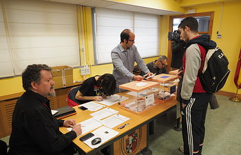 Alumno votando en las elecciones a Rector de la Universidad de Castilla-La Mancha (UCLM)