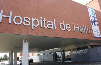 La fachada del Hospital de Hellín luce un enorme cartel con el lema '25 años cuidándote' con motivo de su 25 aniversario