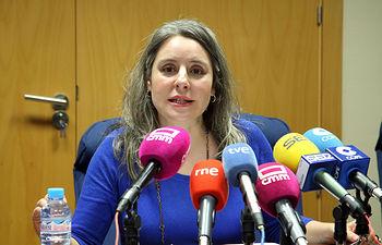 La directora del Instituto de la Mujer, Araceli Martínez, presenta el Programa de Acompañamiento y Autonomía para mujeres beneficiarias de pisos tutelados del Instituto de la Mujer de Castilla-La Mancha, junto al Colegio Oficial de Educadoras y Educadores Sociales. (Foto: Álvaro Ruiz // JCCM)