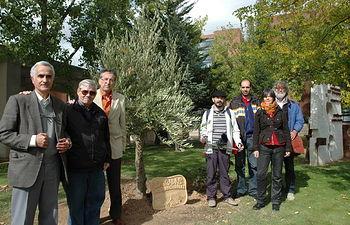 Miembros de CEDOBI e investigadores de las Brigadas Internacionales de Alemania, Cuba, Italia y Argentina al lado del olivo que se ha plantado en el campus de Albacete