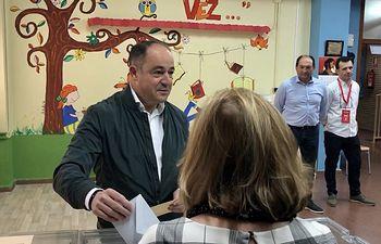 Emilio Sáez ejerce su derecho al voto. 26M.