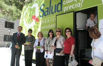 El director del Instituto de Consumo de Castilla-La Mancha, Jesús Montalvo; junto con la delegada provincial de Sanidad, María Ángeles López Fuster; y la jefa de Consumo de la Delegación Provincia de Sanidad; María del Carmen Ortega han visitado el autobús