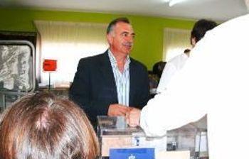 Fernando Prieto votando