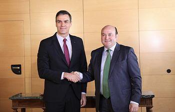 Sánchez y Ortuzar firman el acuerdo para que el PNV apoye la investidura. Foto: Inma Mesa Cabello