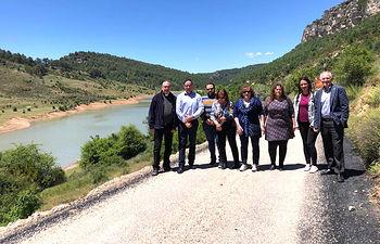Visita del presidente de la Diputación, Benjamín Prieto, a las obras de mejora del camino Santa María del Val-El Tobar y de la travesía de la CUV-9031 en Masegosa.