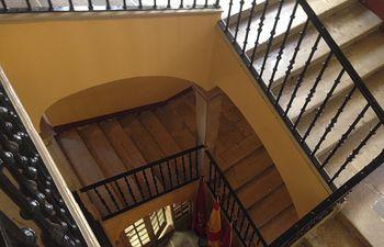 Escaleras de acceso al salón de Plenos del Ayuntamiento de Cuenca.