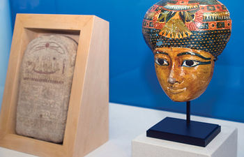 A la derecha de la imagen, Máscara Funeraria. Procedencia desconocida, quizá Luxor. Dinastía XXI (Siglos 1069-945 a.C.). Madera policromada.