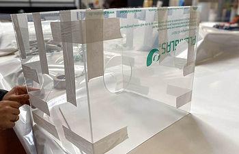 Cajas para proteger a los sanitarios en el proceso de intubación de pacientes con coronavirus.