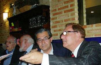 El director general de Promoción Cultural, Rafael de Lucas, asistió ayer en Madrid al homenaje al escritor guadalajareño Alfredo Villaverde Gil (primero por la derecha)