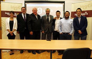 El profesor Lev, junto a los miembros del grupo Ingenium