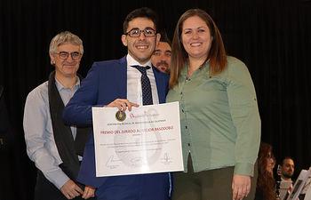 Carlos Guillén,  ganador del premio del jurado, junto a la concejala Estela Céspedes.