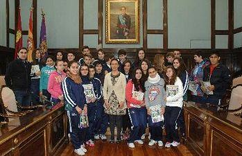 Foto de familia de los escolares con la Presidenta