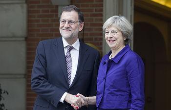 El presidente del Gobierno en funciones, Mariano Rajoy, saluda en las escalinatas del Palacio de La Moncloa a la primera ministra británica, Theresa May. Pool Moncloa/Diego Crespo