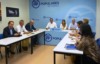 La secretaria general del Partido Popular de Castilla-La Mancha ha presidido el Comité de Dirección del PP de Cuenca junto a su presidente, Benjamín Prieto.