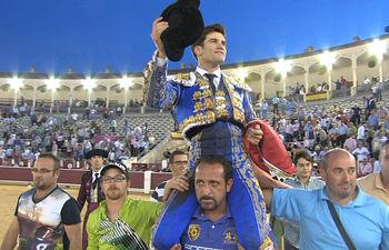 José Garrido, en su salida a hombros por la puerta grande de la plaza de toros de Albacete.