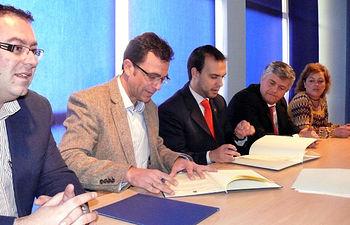 El director del Instituto de la Juventud, Javier Gallego y el alcalde de Azuqueca de Henares (Guadalajara), Pablo Bellido, firmaron hoy el protocolo de colaboración para desarrollar en la ciudad el 'Área Joven 2009'.
