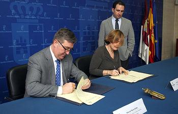 Marin durante la firma del convenio con el Colegio Notarial