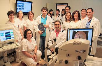 El oftalmólogo Javier Lara sostiene la tesis doctoral que ha obtenido la máxima calificación junto a otros profesionales del Servicio de Oftalmología del Hospital General 'La Mancha Centro' en la sala donde están instalados los tres equipos de Tomografía de Coherencia Óptica (OCT).