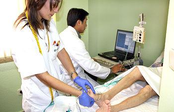 En la imagen, miembros de la Unidad de Neurología del Hospital Virgen de Altagracia de Manzanares (Ciudad Real) realizan un electromiograma a un paciente de su área de referencia.