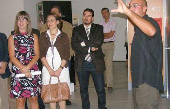 """La directora general de Acción Social y Cooperación, Esther Padilla (1i), ha inaugurado en Guadalajara la exposición """"Puertas. La vida que llevamos, el mundo que queremos"""". En la imagen, junto a la delegada de la Junta en Guadalajara, Magdalena Valerio (2i)."""