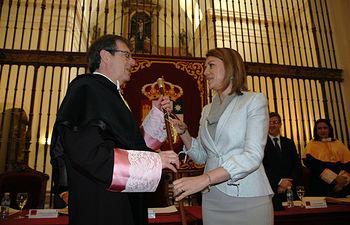 La presidenta de Castilla-La Mancha entregó el bastón de mando al rector.