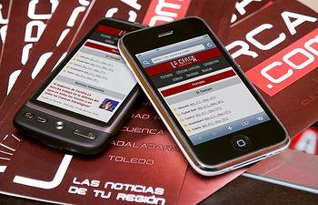 En la imagen, un móvil visualizando el diario digital LA CERCA, www.lacerca.com, el primer y único diario digital de Castilla-La Mancha con una versión especialmente adaptada para poder ser visualizada con cualquier móvil.