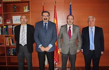 La Junta firma un convenio de colaboración con el Consejo de Cámaras Oficiales de Comercio, Industria y Servicios para Consumo. Foto: JCCM.