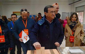 Rafael López votando.