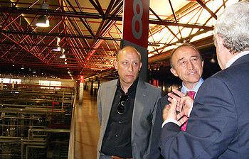 El consejero de Salud y Bienestar Social, Fernando Lamata, acompañado por el delegado provincial del área, Juan Pablo Martínez Marqueta, recibe indicaciones de uno de los responsables de la fábrica de Mahou-San Miguel.