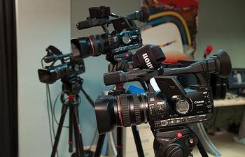 El Grupo La Cerca cuenta con productora propia para la realización de Spots publicitarios y vídeos comerciales dirigidos al mercado empresarial y de otros medios de comunicación.