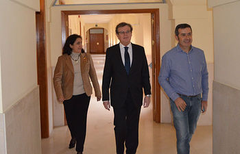 El rector electo (centro) a su llegado a la rueda de prensa.