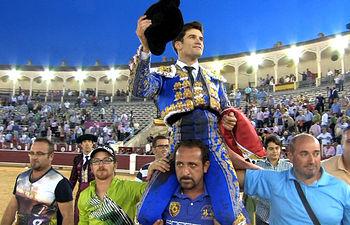 José Garrido saliendo por la puerta grande en Albacete.