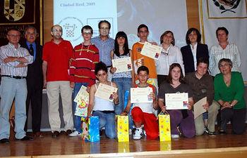 Imagen de grupo de los ganadores junto a profesores y participantes en la entrega de premios.