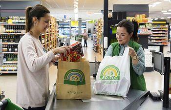 Bolsa de papel y bolsa de material reciclado de Mercadona todas ellas reciclables y reutilizables.