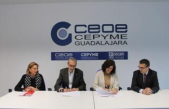Firma del convenio de colaboración entre CEOE-CEPYME Guadalajara y Cáritas.