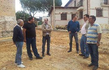 El diputado de Infraestructuras, José Ángel Parra, y el de zona, Antonio Ruiz, acompañados del alcalde de Matarrubia, Juan Pablo Carpintero, durante su visita a las obras.