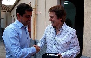 Javier Cuenca con el cantante Raphael