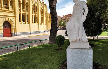 Estatua de Chicuelo II en las inmediaciones de la Plaza de Toros de Albacete, sede de la Escuela Taurina albaceteña.