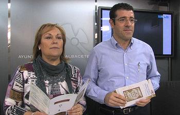 La concejala de Feria, Soledad Velasco y el director de la Banda Sinfónica Municipal de Albacete, Fernando Bonete, durante la presentación de la temporada de conciertos de verano 2010.