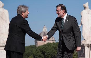 El presidente del Gobierno, Mariano Rajoy, es recibido por el primer ministro italiano, Paolo Gentiloni, a su llegada al Campidoglio de Roma para asistir a la cumbre de líderes de la UE con la que se conmemora el 60 aniversario de la firma de los Tratados de Roma.