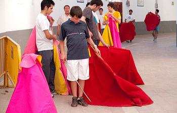 En la Escuela Taurina de Albacete, alumnos y profesores comparten disciplina y camaradería.