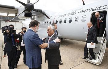 El presidente del Gobierno, Mariano Rajoy, recibe a su homólogo luso, António Costa, a su llegada a la base aérea de Matacán, en Salamanca, al inicio de la XXIX cumbre bilateral.