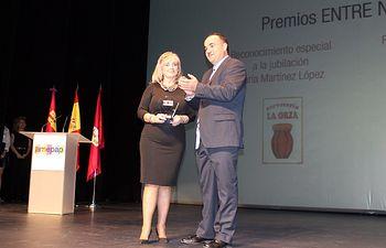 Valentín Bueno hizo entrega del galardón a Cecilia Fernández en el Teatro Circo