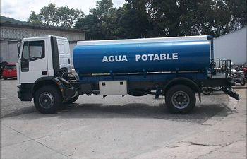 Camión cisterna de agua potable. Foto de Archivo.