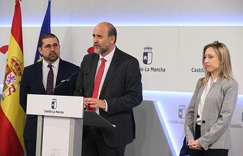 El vicepresidente primero del Gobierno regional, José Luis Martínez Guijarro, preside, en el Palacio de Fuensalida, la segunda reunión de la Comisión de Seguimiento de la Agenda 2030 de Castilla-La Mancha. (Fotos: Ignacio López // JCCM)