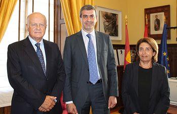 Álvaro Gutiérrez con Juan Ignacio de Mesa y Paloma Acuña, de la Real Fundación Toledo