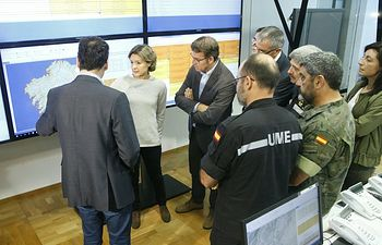 Alberto Núñez Feijóo con la ministra de agricultura en el centro de coordinación, siguiendo la actuación de los equipos.