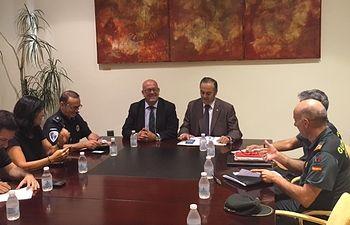 El delegado del Gobierno en Castilla-La Mancha, José Julián Gregorio, copreside junto al alcalde de Mora, Emilio Bravo, la Junta Local de Seguridad de la localidad