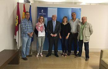 """Fotografía de la reunión entre la Junta de Comunidades y la Asociación de Vecinos """"San Antón""""."""