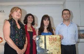 """Pérez León, con el alcalde de Hita, José Ayuso, la autora del cartel de esta edición, Delia Ruiz, y la actriz protagonista de la obra teatral """"Polandria""""."""